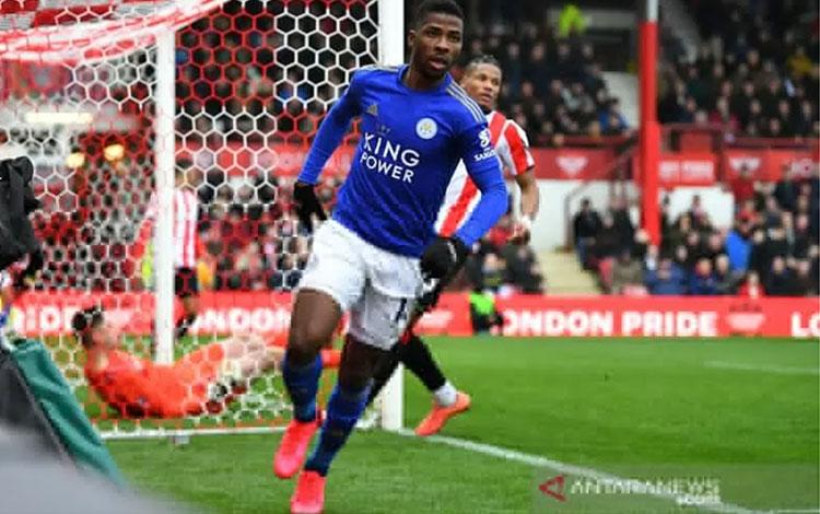 Penyerang Leicester City Kelechi Iheanacho merayakan golnya ke gawang Brentford dalam laga putaran keempat Piala FA di Stadion Griffin Park, Brentford, Inggris, Sabtu (25/1/2020). (ANTARA/REUTERS/Dylan Martinez)
