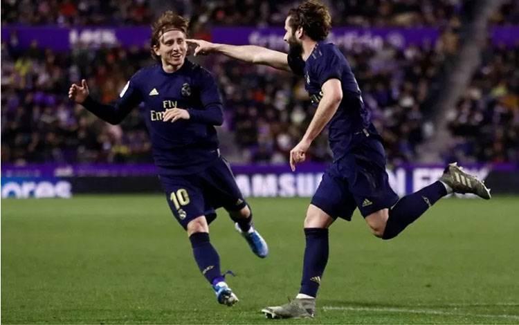 Pemain Real Madrid merayakan golnya bersama Luka Modric ketika mengalahkan Real Valladolid 1-0 di Estadio Jose Zorrilla, Valladolid, Spanyol, pada 26 Januari 2020. (REUTERS/JUAN MEDINA)