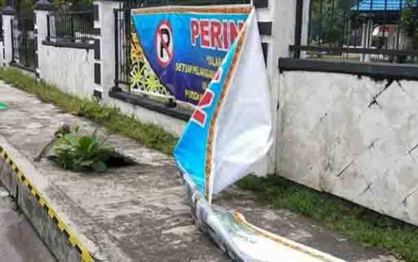 Spanduk larangan parkir di Jalan Kinibalu, Palangka Raya yang dirusak oknum tak bertanggungjawab.