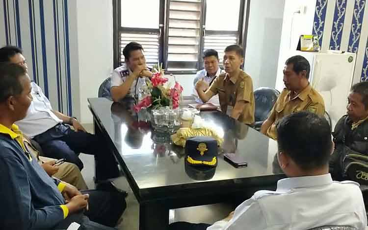 Kepala Dinas Perhubungan Kota Alman Pakpahan beserta staf dan oknum ASN usai melakukan penandatanganan surat pernyataan.