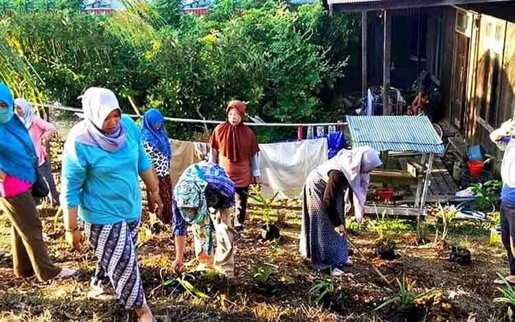 Para kader PKK dan Dasa Wisma di RT 23 B Kelurahan Melayu, Kecamatan Teweh Tengah, membersihkan lingkungan agar tetap bersih.