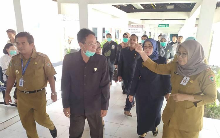 Direktur RSUD Doris Sylvanus Yayuk Indriati saat menerima Kunjungan anggota DPRD Kalteng, Senin, 27 Januari 2020.