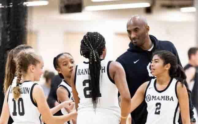 Kobe Bryant menghadiri latihan basket putrinya Gianna, sebelum keduanya tewas dalam kecelakaan helikopter. (foto : Splash/Thesun.co.uk via teras.id)