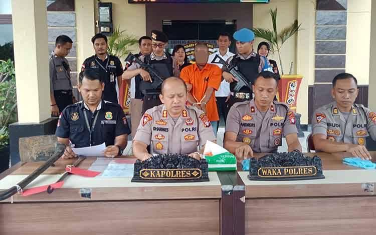 Pers realise terhadap pelaku pencabulan terhadap anak kandungnya sendiri yang digelar oleh Kapolres Murung Raya, AKBP Dharmeswara Hadi Kuncuro, Selasa,28 Januari 2020