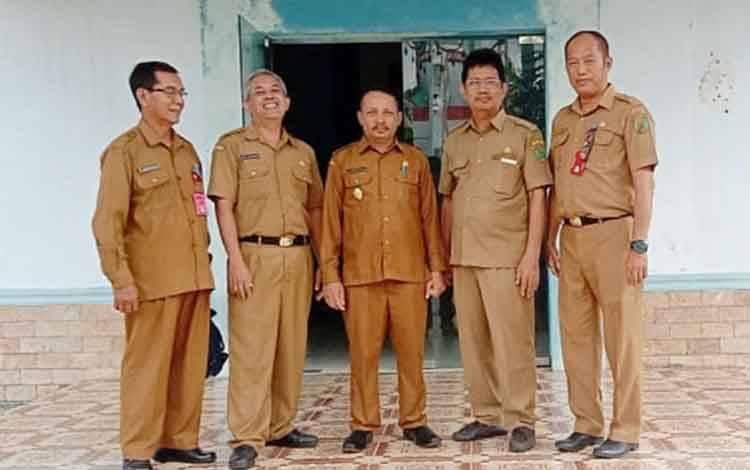 Plt Kepala Disbudparpora (dua dari kiri) berfoto bersama Wakil Bupati Barito Timur Said Abdul Saleh (tengah).