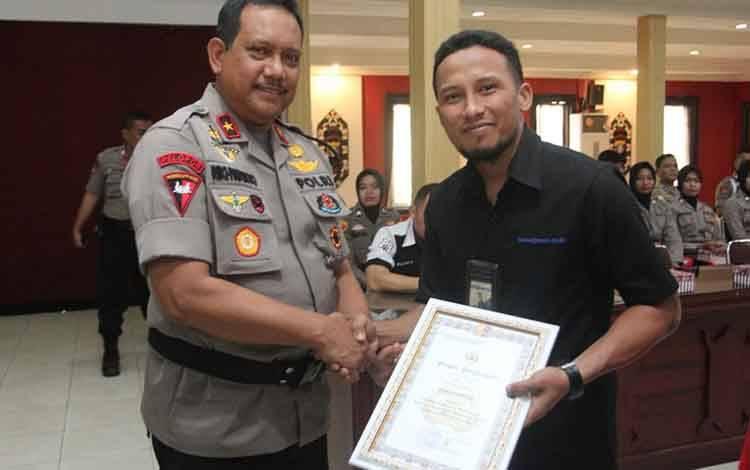 Wakapolda Kalteng Brigjen Rikhwanto menyerahkan penghargaan kepada borneonews.co.id yang diwakili Budi Yulianto, Selasa, 28 Januari 2020.