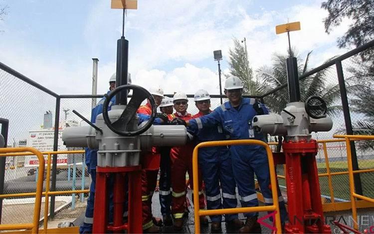 Ilustrasi - VP Supply Export Operation PT Pertamina Agus Witjaksono (kedua kanan) bersama Senior VP PGPA PT CPI Wahyu Budiarto (kanan) dan rombongan menekan tombol sirene sebagai tanda peresmian lifting perdana minyak mentah (crude oil) di Terminal Oil Wharf No.1 Pelabuhan PT CPI di Dumai, Riau, Selasa (15-1-2019). ANTARA FOTO/Aswaddy Hamid/nz.