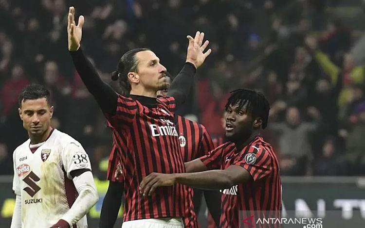 Penyerang gaek AC Milan Zlatan Ibrahimovic melakukan selebrasi usai mencetak gol ke gawang Torino dalam laga perempat final Coppa Italia di Stadion San Siro, Milan, Italia, Selasa (28/1/2020) waktu setempat. (ANTARA/AFP/Miguel Medina)