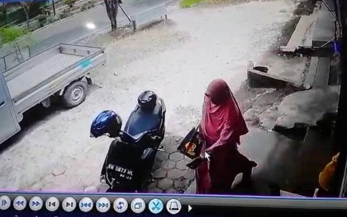 Terduga pelaku hipnotis yang terekam kamera CCTV.
