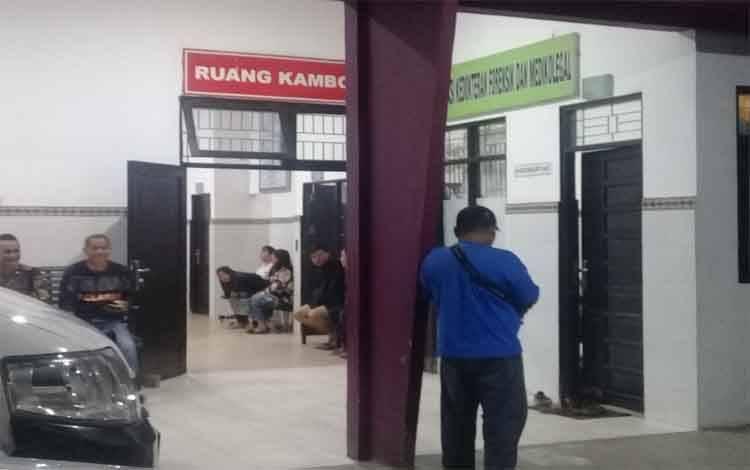 Petugas kepolisian dan pihak keluarga korban sedang menunggu di ruang Kamboja RSUD Doris Sylvanus Palangka Raya, Selasa 28 Januari 2020 malam