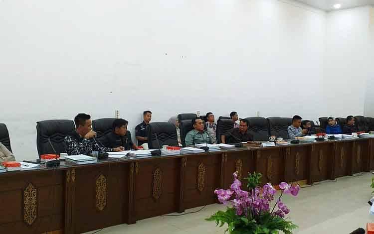 Anggota DPRD Barito Utara  bersama pemerintah daerah saat melakukan pembahasan dua buah raperda yang diajukan Pemkab Barito Utara