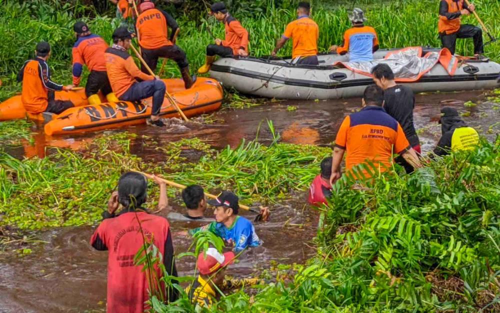 Gotong royong membersihkan Sungai Mentawa, Kecamatan MB Ketapang, Jumat, 31 Januari 2020.