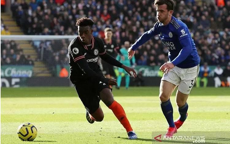 Bek Leicester City Ben Chilwell (kanan) mengawal pergerakan sayap Chelsea Callum Hudson-Odoi dalam laga lanjutan Liga Inggris di Stadion King Power, Leicester, Inggris, Sabtu (1/2/2020). (ANTARA/REUTERS/Chris Radburn)