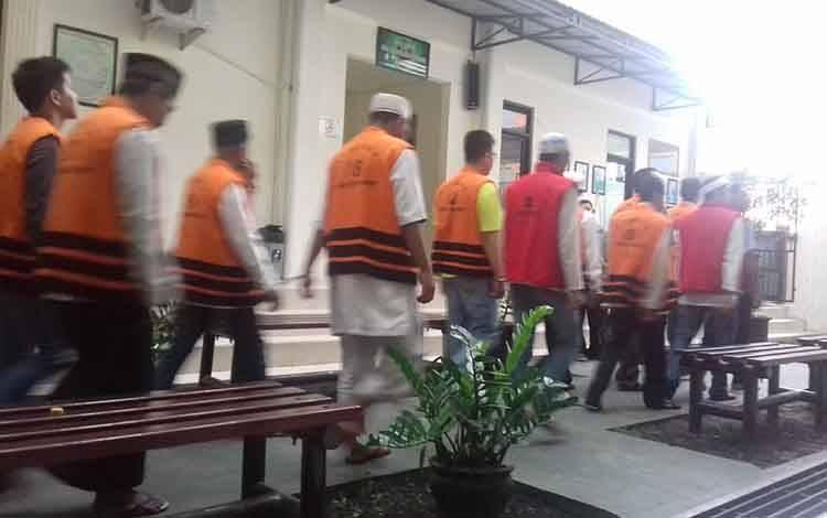 Tahanan saat di Pengadilan Negeri Sampit.
