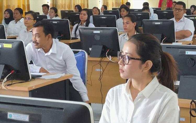Peserta sesi pertama di hari pertama tes SKD CPNS Lamandau saat mengikuti ujian di Gedung Diklat BKPSDM, Nanga Bulik, Sabtu, 8 Februari 2020.