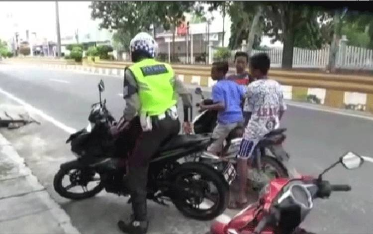 Bocah ditilang Satlantas Polres Kobar.
