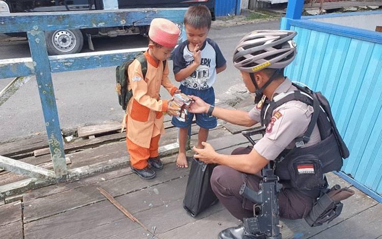 Polisi Sahabat Anak, Sat Sabhara Polres Kobar bagikan rezekinya saat patroli rutin.