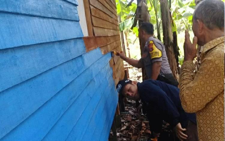 Bhabinkamtibmas Polsek Kapuas Hilir Bripka Huda ikut gotong royong perbaiki rumah warga di Desa Saka Batur, Kecamatan Pulau Petak.