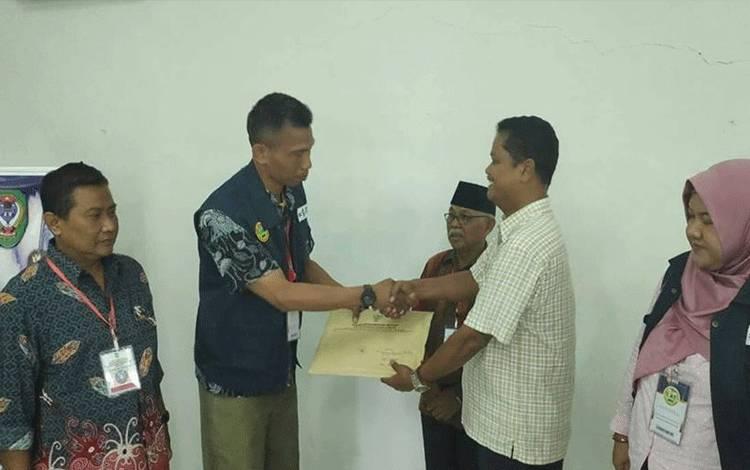 Ketua Panitia Seleksi CPNS Seruyan Djainuddin Noor menerima berkas hasil proses seleksi SKD yang diserahkan perwakilan BKN Banjarbaru.