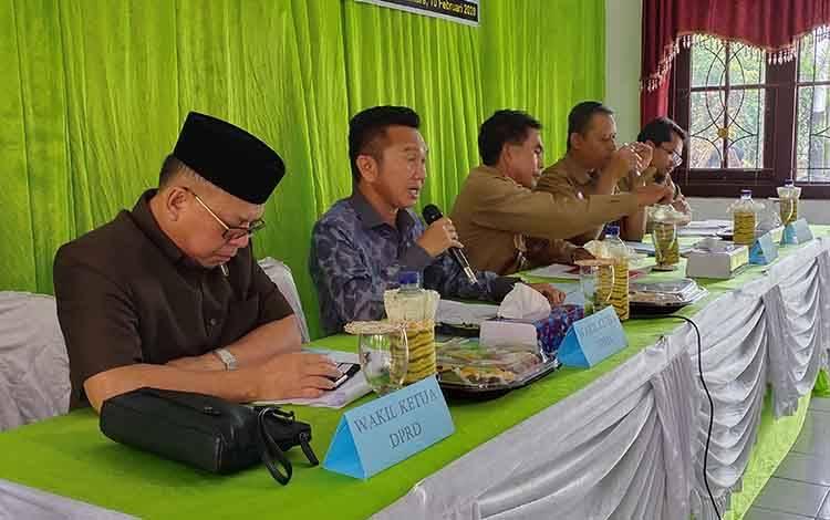 Wakil Ketua DPRD Sukamara, Edy Alrusnadi saat menyampaikan sambutannya pada Musrenbang Kecamatan Sukamara.