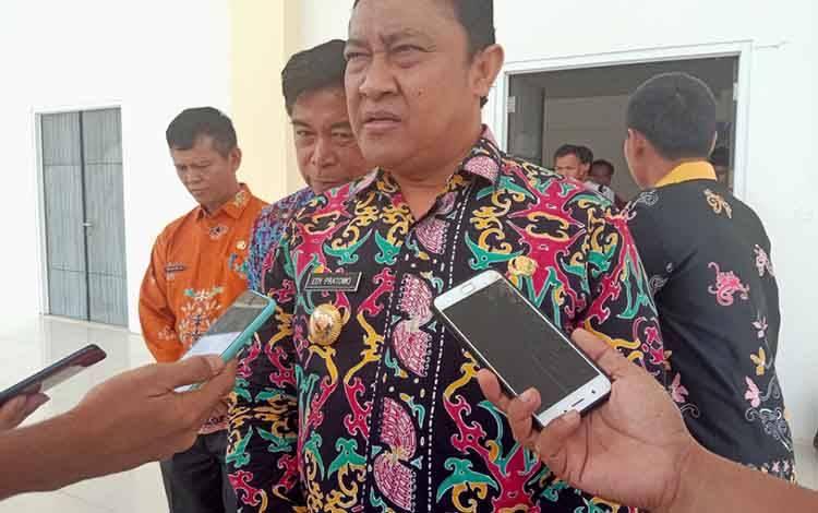 Bupati Pulang Pisau, Edy Pratowo meminta camat dan kepa desa agar segera membuat perjanjian dengan para pemilik warung yang berdiri di pinggir Jalan Lintas Trans Kalimantan, Senin, 10 Januari 2020