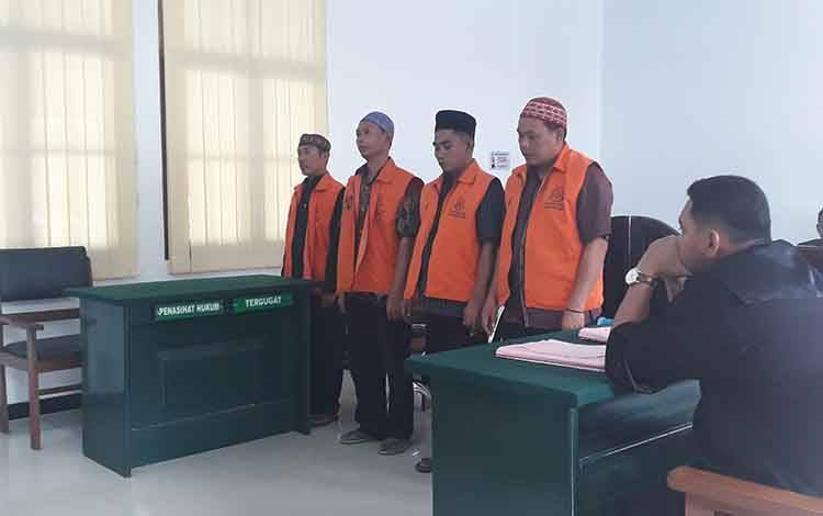 Empat terdakwa dijatuhi hukukam penjara 6 bulan di Pengadilan Negeri Pangkalan Bun, Senin, 10 Februari 2020
