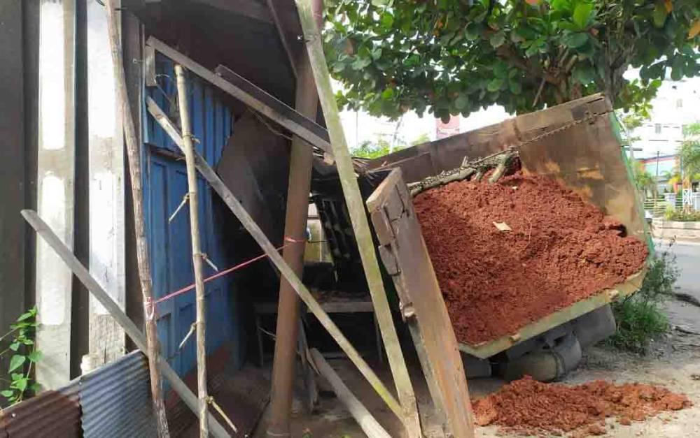 Insiden truk menabrak warung di Jalan Tjilik Riwut Sampit, Selasa, 11 Februari 2020.