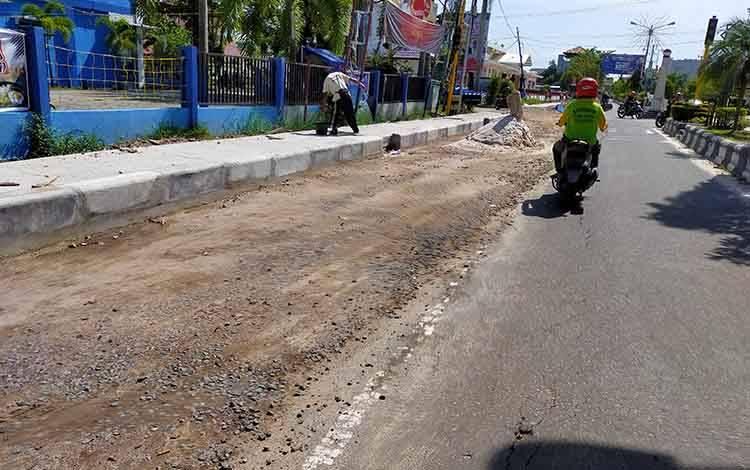 Kondisi Jalan A Yani yang mengalami kerusakan akibat adanya pembangunan drainase. Pemerintah sendir akan segera memperbaiki jika pembangunan drainase selesai.