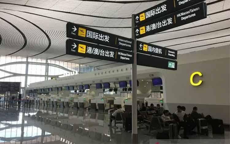 Counter check-in penerbangan internasional di Bandara Internasional Daxing, Beijing, pada 2 Februari 2020 tidak seramai biasanya. (ANTARA/M. Irfan Ilmie)