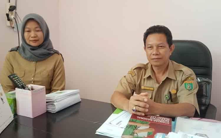 Kabag TU, Mochamad Firman didampingi kepala unit Humas RSUD Jaraga Sasameh Buntok, Norhalidah.