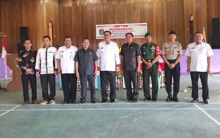 Wakil Bupati Katingan, Sunardi Litang bersama Camat Katingan Kuala Suryanto serta beberapa anggota dewan foto bersama usai Musrenbang