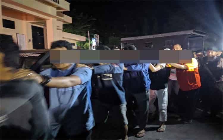 Pelaku pengeroyokan saat digiring aparat Polres Kotim seusai ditangkap, Rabu 12 Februari 2020
