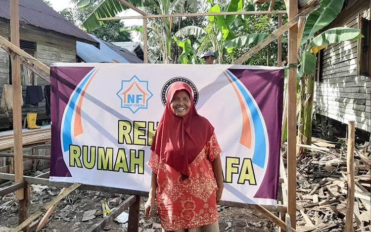 Nenek Jamiyah kegirangan bukan kapalang. Gubuk reotnya yang tidak layak huni kini mendapat renovasi dari Lembaga Amil Zakat (LAZ) Nurul Fikri Kabupaten Kapuas.