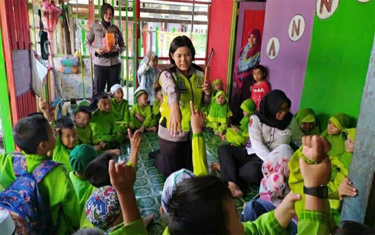 Polwan Polres Kapuas saat melakukan program polisi sahabat anak kenalkan profesi dan tertib lalu lintas di Paud An-Nida 4 Muslimat Kapuas.