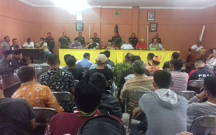 Rapat soal pengeroyokan di DAD Kotim, Jumat, 14 Februari 2020.