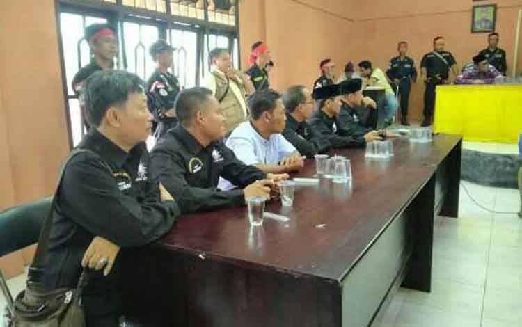 Rapat di DAD Kotim terkait kasus penganiayaan.