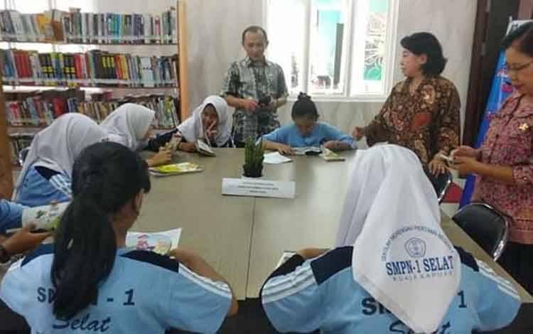 Dinas Perpustakaan dan Kearsipan Kapuas saat dikunjungi para pelajar.