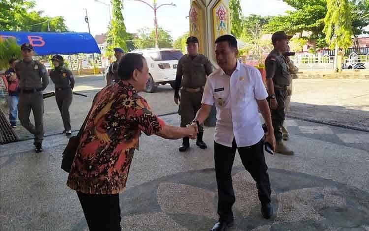 Wakil Bupati Murung Raya, Rejikinoor (kemeja putih) saat menghadiri kegiatan di GPU Puruk Cahu.