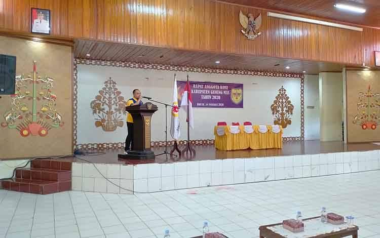 Ketua Umum KONI Gunung Mas, Febrianto menyampaikan sambutan saat rapat anggota, Jumat, 14 Februari 2020.