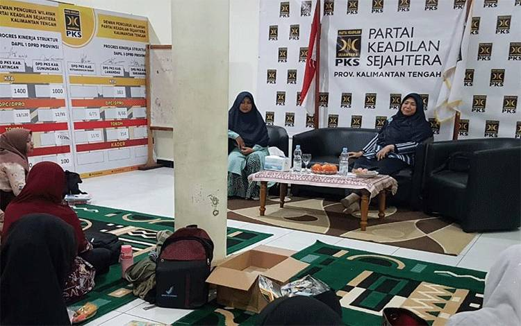 Perempuan PKS Kalteng saat melakukan dialog bersama anggota Komisi IX DPR RI.