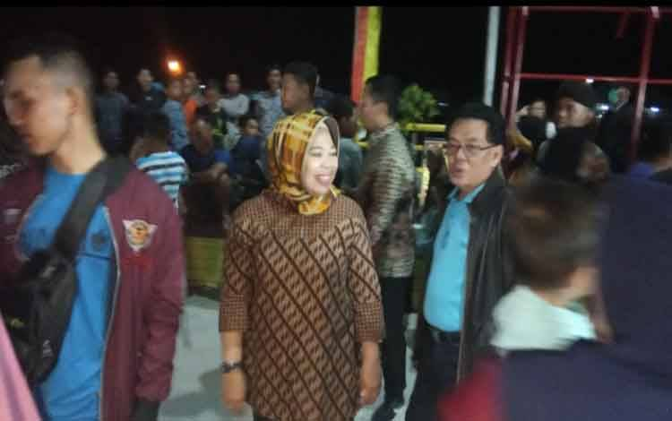 Bupati Kobar, Nurhidayah dan suaminya HM Ruslan AS saat berada di Pasar Hamalem Mangkeme, Kelurahan Mendawai, Jumat 14 Februari 2020