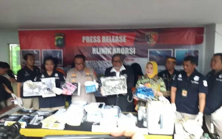 Sub Direktorat 3 Sumber Daya Lingkungan (Sumdaling) Direktorat Reserse Kriminal Khusus (Ditreskrimsus) Polda Metro Jaya gelar jumpa pers di sebuah klinik aborsi ilegal yang telah digerebek di Jalan Paseban Raya No.61, Paseban, Senen, Jakarta Pusat, Jumat (14/2/2020). ANTARA/Fianda Rassat