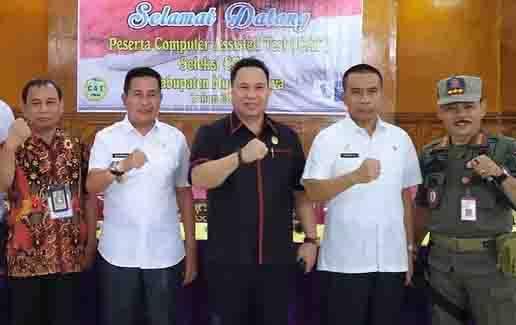 Ketua DPRD Murung Raya, Doni (tengah) menghadiri salah satu kegiatan.