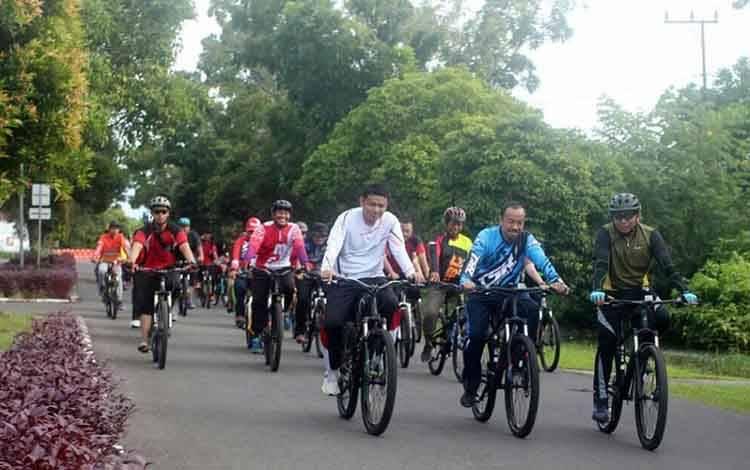 Bupati Seruyan Yulhaidir dan Kapolres Seruyan AKBP Agung Tri Widiantoro gowes bareng bersama komunitas sepeda di Kuala Pembuang, Sabtu, 15 Februari 2020.