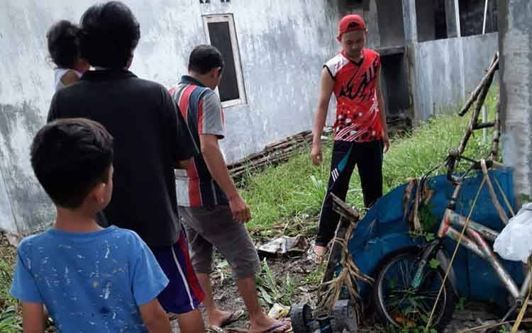 Warga RT 04 perumahan Taheta Kereng Bangkirai gotong-royong membersihkan lingkungan setempat, Sabtu 15 Februari 2020.