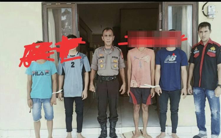 Empat pelaku pelecehan seksterhadap anak di bawah umur diamankan di Mapolsek Permata Intan, Minggu, 16 Februari 2020.