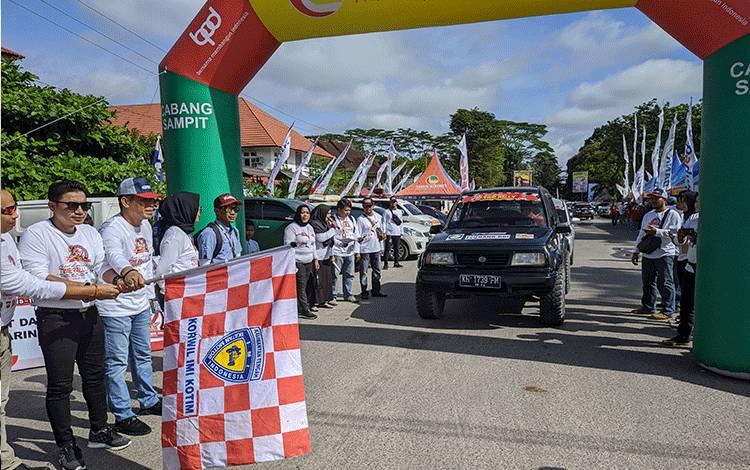 Bupati Kotim Supian Hadi saat membuka kegiatan time rally wisata kota Sampit, yang diikuti 57 peserta, Minggu, 16 Februari 2020.
