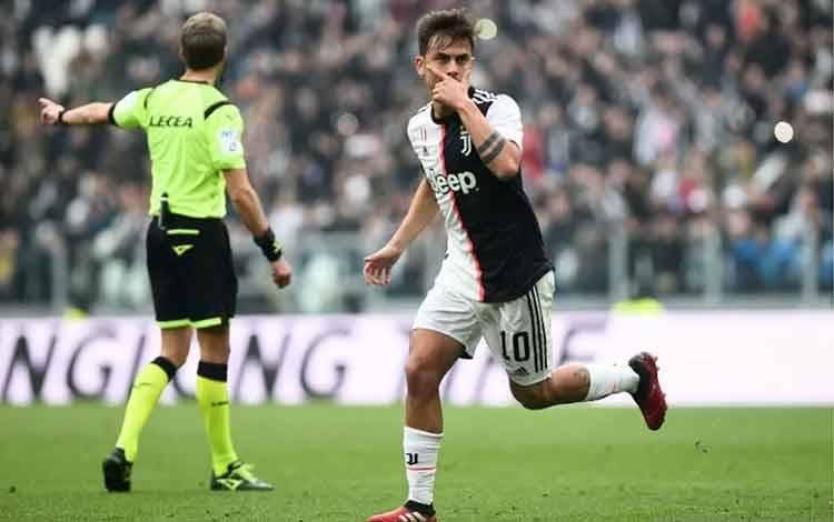 Penyerang Juventus Paulo Dybala merayakan gol yang dicetaknya ke gawang Brescia dalam pertandingan Lioga Italia yang dimainkan di Stadion Juventus, Turin, Minggu (16/2/20202). (ANTARA/REUTERS/MASSIMO PINCA)