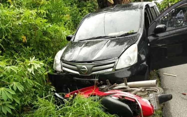Mobil Grend Livina dan sepeda mptor Honda Scopy di lokasi Kejadian Jalan Jati III Kecamatan Pahandut, Senin 17 Februari 2020 pagi.
