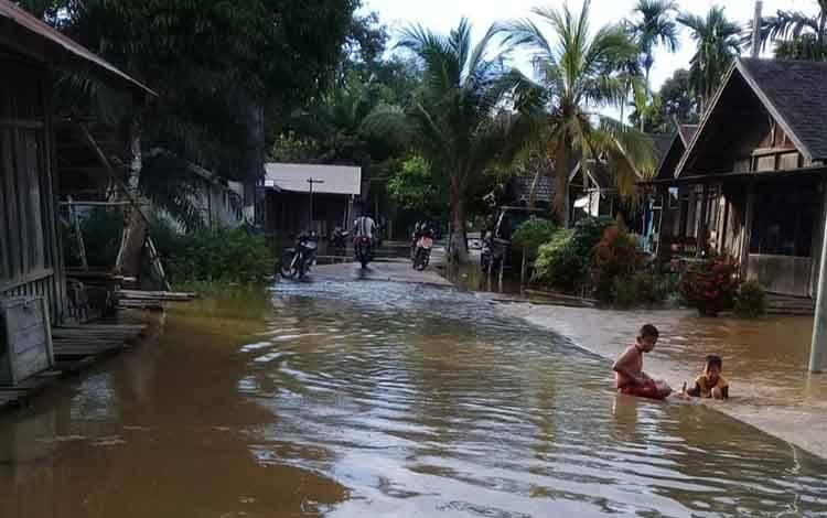 Kondisi banjir yang terjadi di Desa Tumbang Koling. Warga diimbau menjaga kesehatan saat daerah mereka dilanda banjir, Senin, 17 Februari 2020.